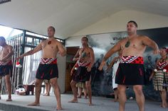 Ein traditioneller Tanz, der sensible Gemüter ängstigen kann: Der Haka im Maori-Dorf Wakarewarewa