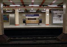 Durchblicke! Bahnhofsschild alt und neu. Berlin Nordbahnhof am 24.03.2012.