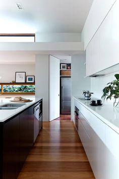 Statuette of Midcentury House Inspiration for Single-Family House Located In Sydney