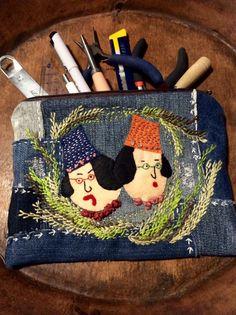 uzuuzuオリジナルキャラクター姉妹喧嘩のクラシックバージョンをパッチワークの一部に使用したペンケースです!もちろん小物入れとしてもご使用ください!縦16cm横20cm白糸使用と赤糸使用2種類ご用意しました。ご購入の際お手数をおかけしますがご希望のお色を教えて下さい。使用していますデニムは古着デニムをクリーニングして再利用していますm(_ _)m