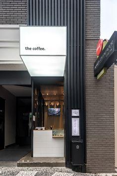 The Coffee Comendador - Arquitetura Comercial Modern Restaurant, Modern Cafe, Restaurant Design, Modern Shop, Small Coffee Shop, Coffee Shop Bar, Coffee Store, The Coffee, Café Exterior