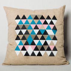 """Le coussin «Origami» de la collection «Géométrique» d'À Plate Couture, inspirée de la tendance actuelle en déco, apportera un côté ludique à une déco actuelle et sophistiquée.  - Imaginé et fabriqué au Québec. - 18"""" x 18"""""""