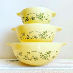 Antique Dishes, Vintage Dishes, Antique Glass, Vintage Kitchen, Vintage Pyrex, Pyrex Set, Pyrex Bowls, Pyrex Display, Vintage Photos