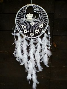 Beautiful And Stunning Dream Catcher Ideas The legend of a dream catcher is originated from the American Indian Tribe. These days, dream catches are loved by most native Amaricans not just for its magic power but also for the decorative function. Dream Catcher Decor, Dream Catcher Mobile, Beautiful Dream Catchers, Diy Tumblr, Medicine Wheel, Creation Deco, Diy Presents, Diy Holz, Crafty Craft