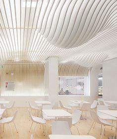 Trần tạo sóng từ những tuyến tính của một cửa hàng bánh tại Oporto do Paulo Merlini Architects thiết kế.
