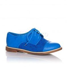 Pantofi Lois - Albastru  Lois este o pereche de pantofi sport-casual, de culoare albastru-electric. Ia cu tine pantofii Lois la party si cu siguranta vei atrage toate privirile pe ringul de dans. Decorati cu strasuri la varf si pe lateral, acesti pantofi reusesc sa scoa