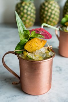 Roasted Pineapple Hawaiian Mule Cocktail - this cocktail is great for an luau-inspired adult birthday party! Hawaiin Drinks, Hawaiian Cocktails, Hawaiian Appetizers, Cocktail Drinks, Fun Drinks, Cocktail Recipes, Beverages, Roasted Pineapple, Pineapple Cocktail