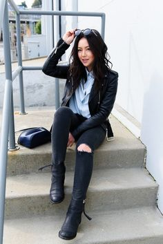 This totaly stylish relaxed outfit is super straightforward: a black leather biker jacket and black ripped skinny jeans. If in doubt about what to wear in the shoe department, add black leather chelsea boots to your outfit. Winter Outfits Women, Fall Outfits, Casual Outfits, Cute Outfits, Black Leather Chelsea Boots, Black Leather Biker Jacket, Leather Leggings, Black Boots, Black Jeans