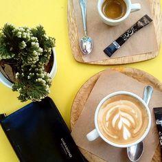 Comparte tus momentos #ruzafagente con nosotros. @hanna_kiss  Yo tambien quiero una mesa amarilla! #valenciagram #valencia #spain  #dulcedeleche #ruzafagente  #barrioderussafa #caffe #coffeconleche  #caffelatte #yellowtable #mesamarilla