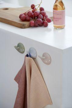 Keramik knagerne fra Kähler er designet af Silke Decker. Tria knagerne kan bruges i hele huset og sammensættes de forskellige farver.