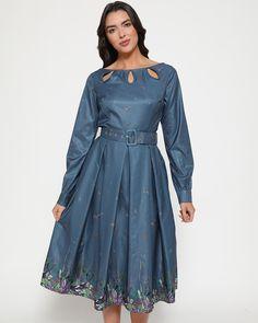 Our Wedding Laurel Woodland Magpie Midi Kleid Grey Midi Dress, Pleated Midi Skirt, Vintage Inspired Dresses, Vintage Dresses, Yoshi, Vintage Inspiriert, Models, Satin Fabric, Pink