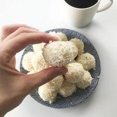 Kulki z kaszy jaglanej - pyszne, kremowe, delikatne, kokosowe, do złudzenia przypominające smak prawdziwego rafalello. Zróbcie, jeśli kochacie zdrowe słodkości tak jak ja.