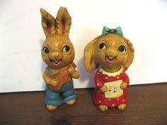 Paire de mignon lapin Musical. figurines en résine des années 1960. Garçon et fille lapins avec ukulélé, partition de musique. Pendelfin style.