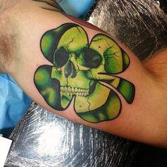 60 Four Leaf Clover Tattoo Designs For Men - Good Luck Ink Ideas Sugar Skull Tattoos, Black Ink Tattoos, Body Art Tattoos, Small Tattoos, Celtic Clover Tattoos, Four Leaf Clover Tattoo, Tattoo Sleeve Designs, Tattoo Designs Men, Sleeve Tattoos