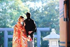 "Japanese wedding ceremonies There are several types of bride's kimono by ""Wasou"". Irouchikake This style involves wearning a colorful uchikake (kimono) that is embroidered and patterned. Iro uchikake is appropriate to for a gorgeous and a happy day. 和装前撮り後撮り撮影 色打掛ポーズ ロケーションフォト Japanese Bride"