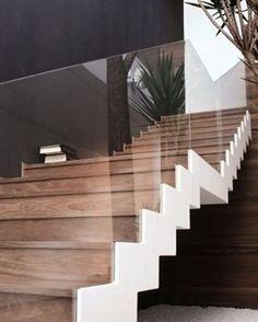 Escada para inspirar ✨ O guarda-corpo em vidro ajuda a mostrar a beleza da escada em madeira
