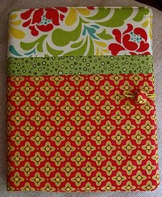 Teresa from Patchwork shows how to make this patchwork notebook cover. This is a great use for your fabric scraps. Go to the tutorial. [photo from Patchwork] [tags]sewing, tutorial, patchwork, no… Sewing Hacks, Sewing Tutorials, Sewing Crafts, Sewing Projects, Sewing Patterns, Tutorial Sewing, Diy Tutorial, Tutorial Patchwork, Notebook Diy