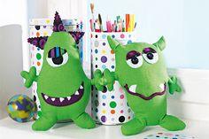 Achtung, grüne Monster sind im Kinderzimmer gelandet. Bei Ihnen nicht? Dann sorgen Sie dafür und basteln auch zwei grüne Monster!  © Christopherus Verlag