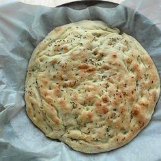Recept na focacciu, tradiční italský chléb, strukturou podobný oblíbené pizze. S olivovým olejem, bylinkami. Vyzkoušejte! Guacamole, Mashed Potatoes, Gluten, Cheese, Ethnic Recipes, Food, Meal, Essen, Hoods