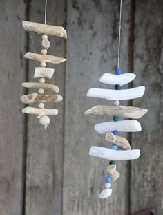 Make yourself a maritime wind chime yourself. Instructions on www.wohnen-und-ga … - Do it yourself Driftwood Mobile, Driftwood Art, Beach Crafts, Diy Crafts For Kids, Driftwood Projects, Diy Projects, Mobile Art, Wood Creations, Wooden Decor