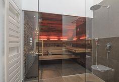Urige Design Sauna mit Altholz und Natursteinelementen… Mehr Inspirationen für Ihre Sauna mit Glasfront: im corso Online-Showroom! #Designsauna #Saunakabine #SaunaimBad #SaunamitDachschräge #SaunamitGlasfront #Einbausauna #SaunanachMass #maßgefertigteSauna #Saunainspiration #Luxussauna #luxuriöseSauna #individuelleSauna #individualsauna #luxurysauna #Дизайнсауна #Саунавваннойкомнате #роскошныесауны