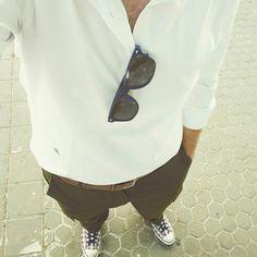 Polera blanca, pantalón cargo y zapatillas. Sencillo, pero buen resultado