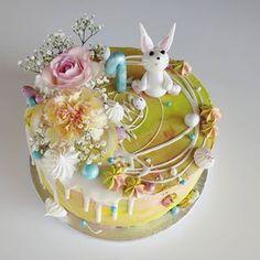 Keväisen värikäs pääsiäiseen viittaava kakku yksivuotiaalle päivän sankarille #synttärikakku #lastenkakut #lastensynttärit #kakku #pupukakku #eastercake Snow Globes, Berries, Baking, Instagram, Decor, Decoration, Bakken, Bury, Decorating