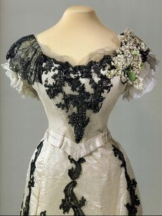 """ohsoromanov: """"One of the many ball gowns worn by Tsarina Alexandra Feodorovna of Russia, (x) """" Vintage Outfits, Vintage Gowns, Vintage Mode, 1900s Fashion, Edwardian Fashion, Vintage Fashion, Victorian Gown, Edwardian Dress, Antique Clothing"""