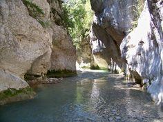 """Cette randonnée, les pieds dans l'eau, vous fera découvrir les somptueuses gorges du Toulourenc. Cette courte et magnifique promenade peut évidement se combiner avec une séance """"farniente"""" sur une des multiples petites plagettes qu'offre ce site d'exception! http://www.visorando.com/randonnee-les-gorges-du-toulourenc/"""