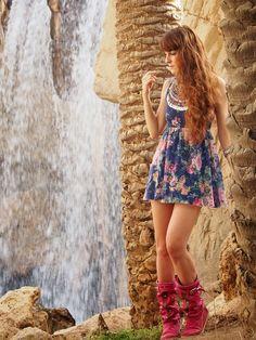Vestido: Bershka / Botas: Hector Riccione / Collar: Blanco / Brazalete: H&M  Las botas en verano generan controversia... pero me encantan con este tipo de vestidos.