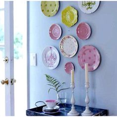 21 Ideas para decorar paredes con platos / 21 Ideas to decorate the walls with plates Antique Plates, Vintage Plates, Decorative Plates, Vintage Pyrex, Plate Collage, Plate Art, Hanging Plates, Plates On Wall, Painted Plates