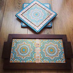 Kit composto por bandeja wood e dois apoios multi-uso, decorados com azulejos de mandala e pastilhas de vidro, com efeito mármore. Mais uma encomenda pronta!