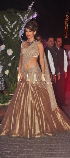 Must have Bollywood Style! Find a style match to the celebrity look of your… Indian Bridal Wear, Indian Wedding Outfits, Indian Wear, Indian Outfits, Mode Bollywood, Bollywood Fashion, Indian Fashion, Ethnic Fashion, Fashion Hub