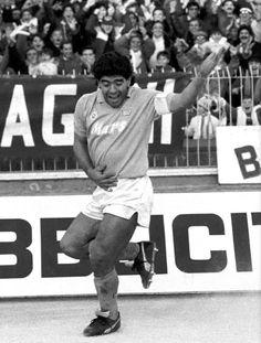 Maradona en Nápoli festejo de gol con baile incluido Diego Armando, Fifa World Cup, Old Pictures, Athlete, Soccer, Football, American, Rey, Italy