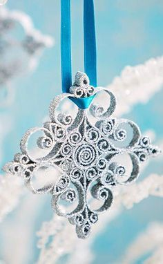 Quilled Snowflake Ornament (plus 20 other paper ornaments) Quilling Christmas, Christmas Ornaments To Make, Christmas Snowflakes, Blue Christmas, How To Make Ornaments, Christmas Projects, Christmas Holidays, Christmas Crafts, Christmas Decorations