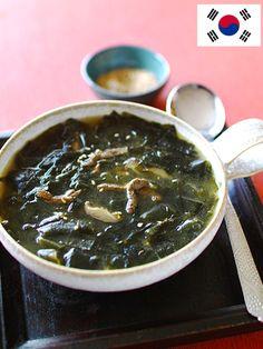 韓国では出産前後の妊婦さんや誕生日に飲まれる栄養たっぷりのスープ。とろとろのわかめが新鮮なおいしさ|『ELLE a table』はおしゃれで簡単なレシピが満載!