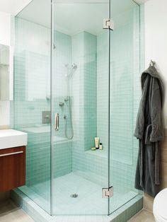 En hel dusch av glasmosaik 5x5, ger en väldigt ljus och ren känsla, ett  måste för en badälskare!