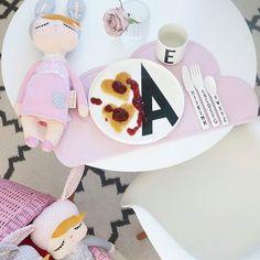 Merendamos? Salvamantel nube rosa de @kgdesign_se y muñecas #littlerabbit de @miniroom.se disponibles en la web!  Hemos repuesto salvamanteles negros y traído nuevos colores en las huchas de silicona   de @myhomebycamilla #moraigthestore #kidsconceptstore #kidsconcept #kgdesign #miniroomse #littlerabbitdoll #littlebunny #bunnydoll #lillekanin #kanindoll #tiendasbonitas by moraigthestore
