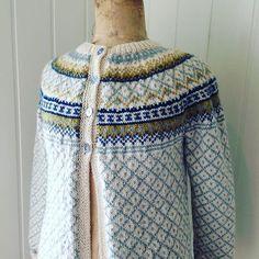 Da ble røverkofta ferdig. Veldig fornøyd #røverkofta #strikkedilla #kofter Fair Isle Pattern, Fair Isle Knitting, Sweater Design, Knit Patterns, Knitting Projects, Bunt, Knit Crochet, Fair Isles, Sweaters