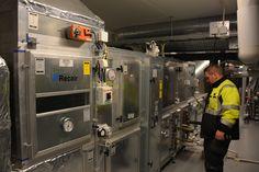 11.3.2016 Sosiaali- ja terveyskeskus D- osan IV-konehuone. Kiinteistönhoitajaksi opiskeleva  Jani tarkastelee IV-koneiden toimintaa.