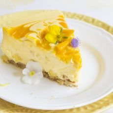 This No-Bake Mango Cheesecake is a refreshing summer dessert loaded with mangoes. A mango lover& paradise. Recipe with a how-to video. Mango Cheesecake, Nutella Cheesecake, Baked Cheesecake Recipe, Summer Desserts, No Bake Desserts, Dessert Recipes, Mango Desserts, Mango Recipes, Baking Desserts