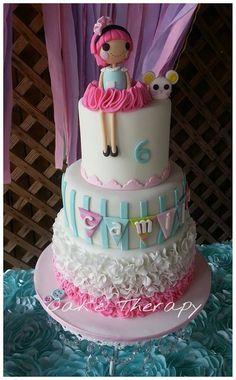 Me gusta mucho los diferentes tipos de decoración que se usaron en este pastel,en especial el tutu de la muñeca.