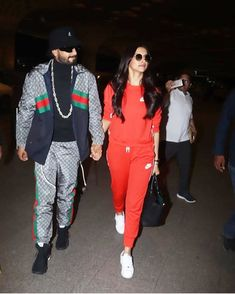 Deepika Padukone & Ranveer Singh Ace The Casual Look In Their Latest Airport Outing As They Head To London - HungryBoo Source by Outfits indian Celebrity Casual Outfits, Sporty Outfits, Cute Casual Outfits, Celebrity Style, Fashion Outfits, Fashionable Outfits, Fashion Ideas, Deepika Ranveer, Deepika Padukone Style