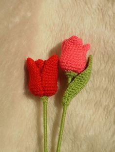 Bij Jeanet zag ik deze mooie gehaakte tulpen. Ook Marjo kwam ze tegen, maar vond het lastig om aan de hand van het Engelse patroon te hake...