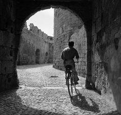 Βόλτα με ποδήλατο στη μεσαιωνική πόλη της Ρόδου, 1955 Δημήτρης Χαρισιάδης / Φωτογραφικό Αρχείο Μουσείου Μπενάκη