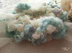 オフ白色のやわらかなチュール生地で裂き布を作り指編みとジャンボかぎ針12ミリで編みましたカラフルなプチボンボンやファー、マシュマロのようなグリーン毛糸楽しい糸...|ハンドメイド、手作り、手仕事品の通販・販売・購入ならCreema。
