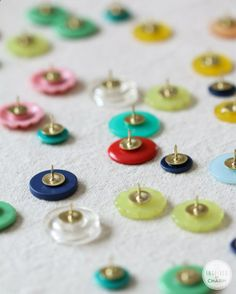 (going to the store for thumb tacks!) DIY Button Thumb Tacks for colorful bulletin boards. Love this idea from Inspired by Charm Diy Projects To Try, Crafts To Do, Home Crafts, Craft Projects, Arts And Crafts, Craft Ideas, Diy Ideas, Nature Crafts, Welding Projects