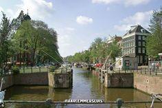 2006 De Haarlemmersluis Op de plek van de Haarlemmersluis liep de oude stadsmuur. De sluis werd ruim 400 jaar geleden gebouwd. Dat gebeurde na het slopen van de muur. De sluis moest het verschil tussen eb en vloed te regelen. Het water van het IJ kon anders zo maar de stad binnen stromen. Kleine schepen konden via de sluis het Singel op varen.