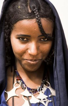 Niger Photo by Georges Courreges Beautiful African Women, Beautiful Black Women, Beautiful People, Tuareg People, Africa People, Ethnic Hairstyles, Unique Faces, African Tribes, African Culture