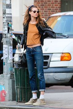 outfit with sneakers, rolled up jeans and cropped shirt Model Off Duty: Behati…